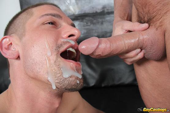 фото парни кончают себе в рот